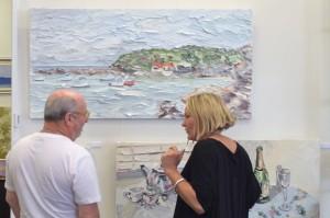 Sally West discussing her Terrigal en plein air painting at KAB Gallery
